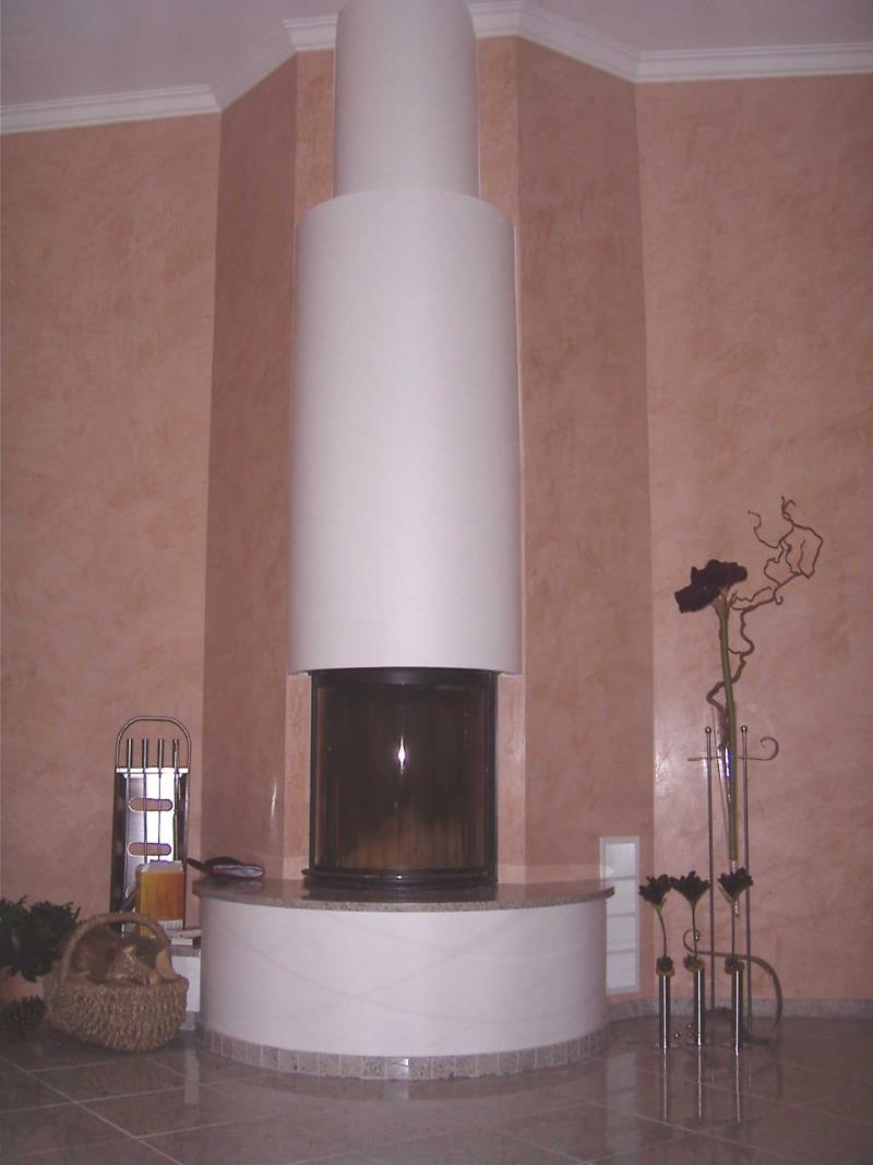 Moderner Kamin mit gerundeter Scheibe