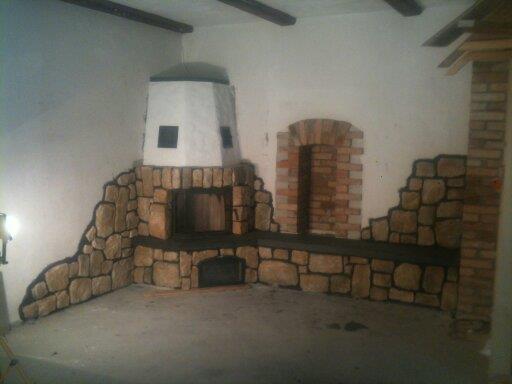 Prismatische Kaminanlage mit Bruchsteinverkleidung